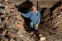 Paul Dinant bij de verpulverde stenen, overblijfselen van de kerk die in de Tweede Wereldoorlog is gebombardeerd.
