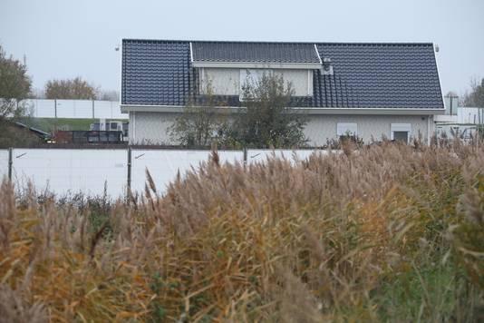Het woonwagenkamp in Lith is afgezet met veel hekken.