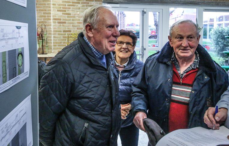 Buren Norbert Goes, echtgenote Magda Adam en Chris Boutte bestuderen de ideeën.