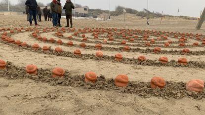 Wandelwake op strand Zeebrugge om verdronken vluchtelingen te herdenken
