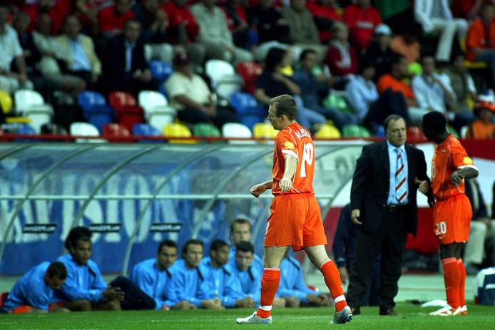 EK 2004: Arjen Robben verlaat vol onbegrip het veld na zijn wissel tegen Tsjechië.