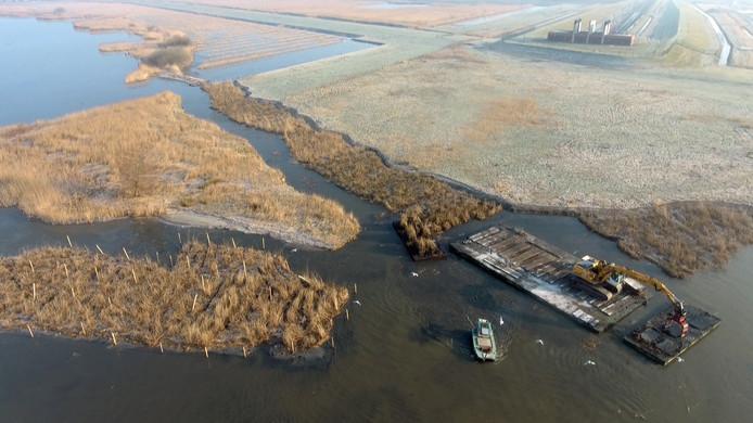 Het Drontermeer heeft er drie nieuwe rieteilandjes bij. Daarnaast is een extra geul en een nieuwe rietkraag aangelegd. De maatregelen moeten ervoor zorgen dat het vaarverbod in de hoogwatergeul bij Kampen wordt opgeheven.