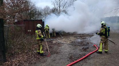 Veel rookontwikkeling aan Hoevensebaan door brand in papiercontainer