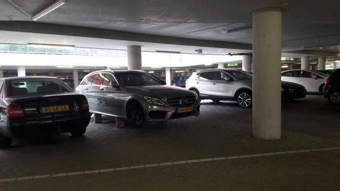 Dieven gingen deze week aan de haal met de vier wielen van deze Mercedes.