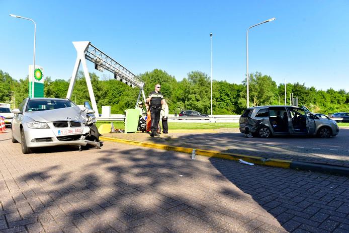 De twee auto's die bij het ongeluk betrokken waren.