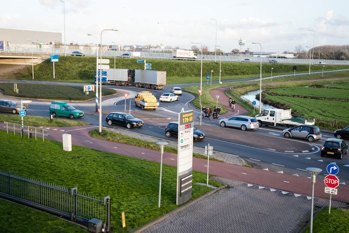 Verkeerssituatie rotonde N11 - Goudseweg in Bodegraven. Archiefbeeld