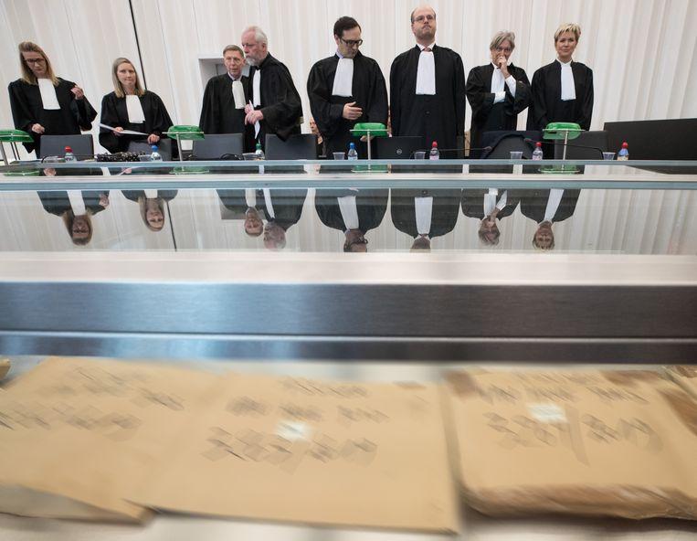 Het begin van een zitting van de rechtszaak tegen drie Belgische artsen die beschuldigd worden van moord door vergiftiging, omdat zij een euthanasie niet zorgvuldig zouden hebben uitgevoerd.   Beeld Belga