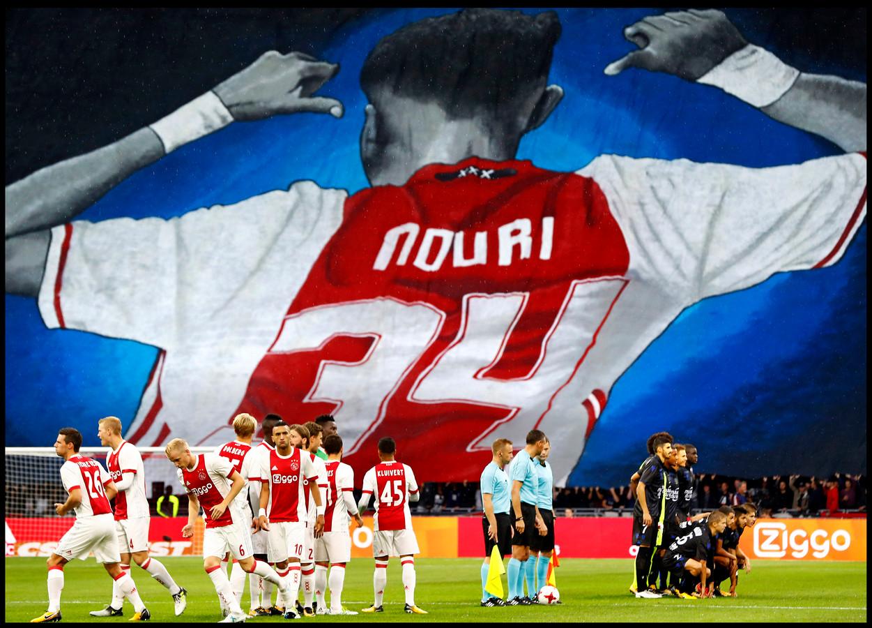 Als eerbetoon aan de door een tragisch noodlot getroffen Abdelhak Nouri hebben de fanatieke Ajax-fans een doek geschilderd met de karakteristieke houding van nummer 34.
