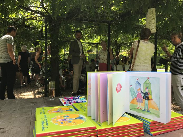 Het boek 'Zorgenvriendjes: daar word ik blij van' werd dinsdag gepresenteerd in de tuin van kasteel Maurick.