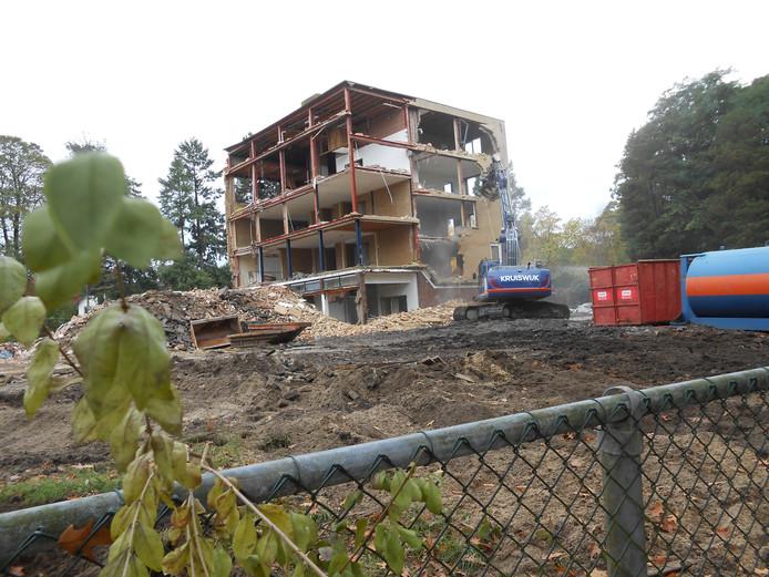 Beelden van de sloopwerkzaamheden. Van de oorspronkelijke bebouwing is weinig meer te zien.