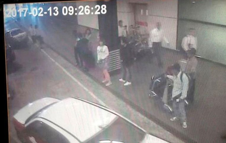 De vrouw in het wit zou een van de moordenaars van Kim zijn. Beeld ap