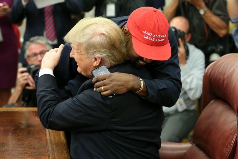 Kanye West omhelst president Trump in het Oval Office.  Beeld Getty Images