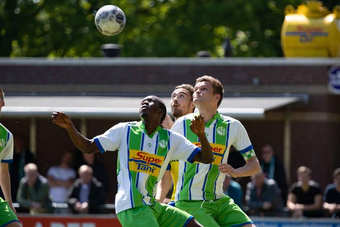 De spelers van asv Dronten en Nunspeet hebben de ogen op de bal gericht.