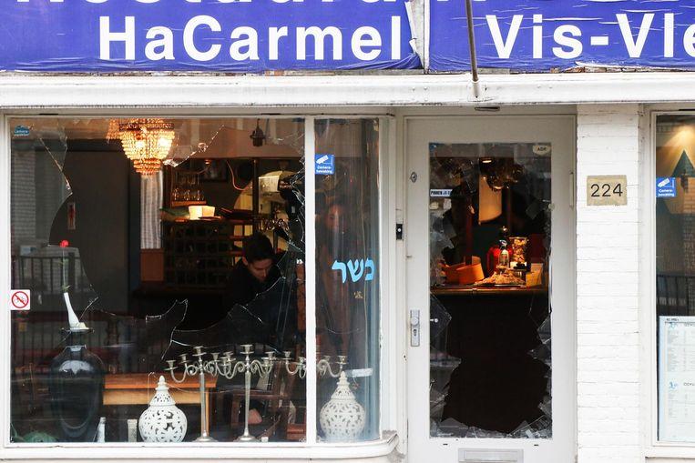 De vernielde ruiten van het restaurant Hacarmel aan de Amstelveenseweg Beeld anp