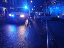 Verkeersruzie zorgt voor chaos in Deventer: lantaarnpaal plat, auto in pui, 21-jarige in cel