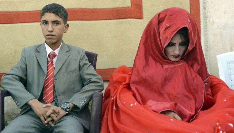 Hussein Younis Ali (14) en zijn 17-jarige bruid Nada Ali Hussein op hun bruiloft in Tikrit. Op het Iraakse platteland zijn illegale kindhuwelijken al heel gewoon. Beeld reuters