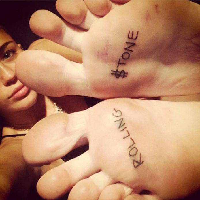 Miley Cyrus laat nieuwe tattoo zetten op voetzool