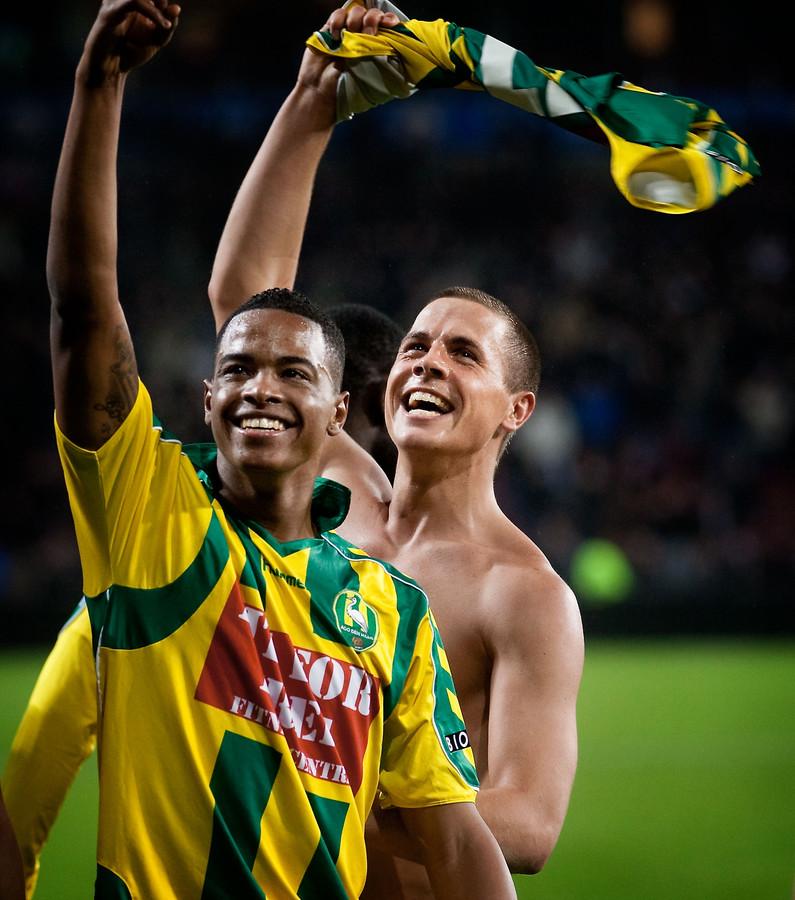 Charlton Vicento (voorgrond) en Wesley Verhoek vieren de 0-1 overwinning op PSV in Eindhoven.