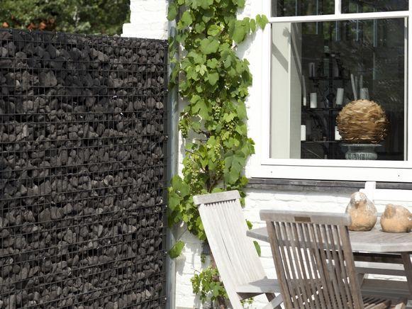 Schanskorven, kant-en-klare hagen, tuinschermen, ... Er zijn heel wat oplossingen beschikbaar om inkijk in je tuin te vermijden.