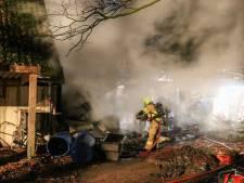 Grote brand legt schuur in Barneveld deels in de as
