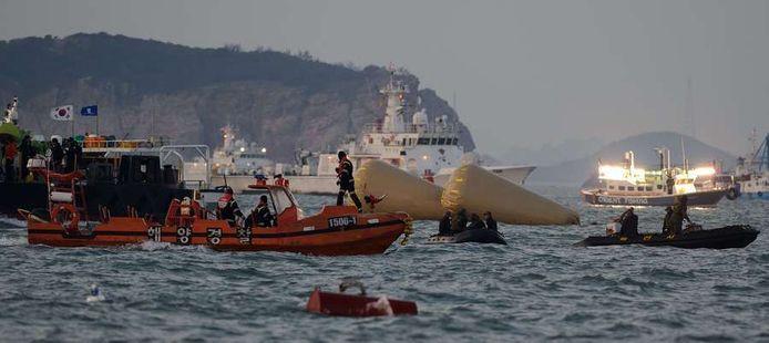 De zoektocht naar slachtoffers van de bootramp duurt nog steeds voort.