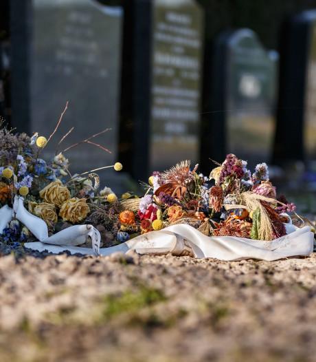 De rekjes met condoleancekaarten zijn leeg in Hasselt,  maar afscheid nemen van alle coronadoden is onmogelijk