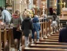 Bezoekers Vituskerk doneren meer dan honderd tassen eten aan voedselbank Hilversum