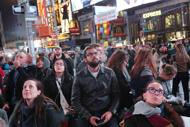 Amerikanen volgen de resulaten op Times Square.