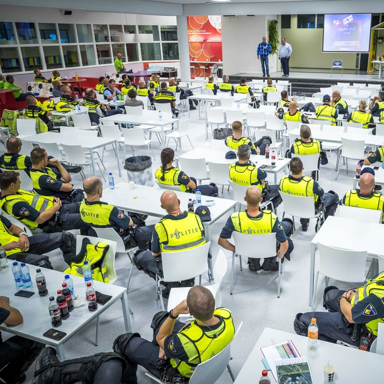Agenten komen in Sittard bijeen voor een cao-bijeenkomst.  Beeld ANP