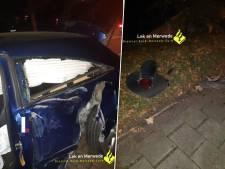 Automobilist rijdt auto in de kreukels en ramt knipperlicht bij spoorwegovergang in Gorinchem