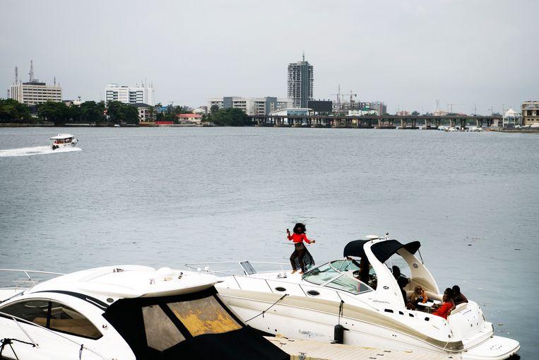 Speedbootjes bij een duur hotel op Lagos' Victoria Island, waar hippe jongeren het weekend vieren. Beeld Sanne De Wilde
