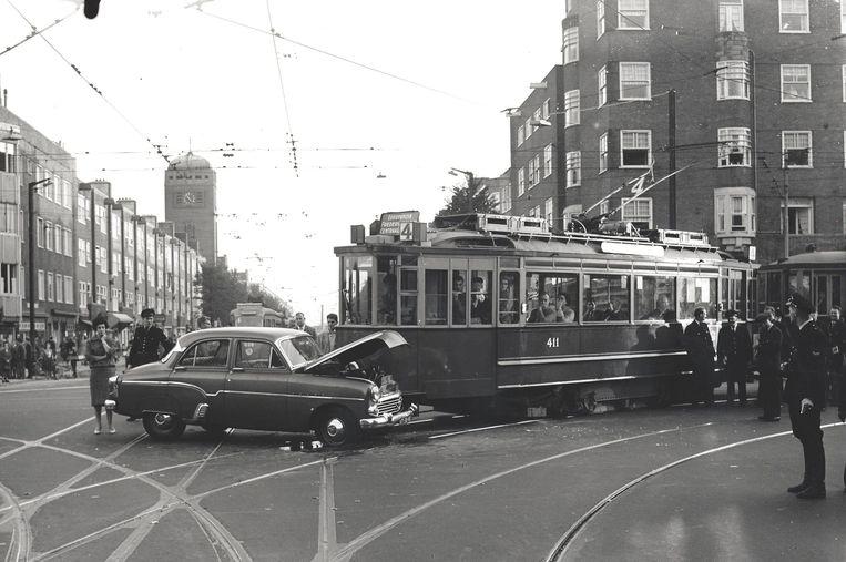 De verkeersveiligheid stond onder druk in naoorlogs Amsterdam: hier politiebeeld van een botsing tussen lijn 4 en een auto op het kruispunt Rijnstraat/Vrijheidslaan in 1959. 17 oktober 1959. Beeld Stadsarchief