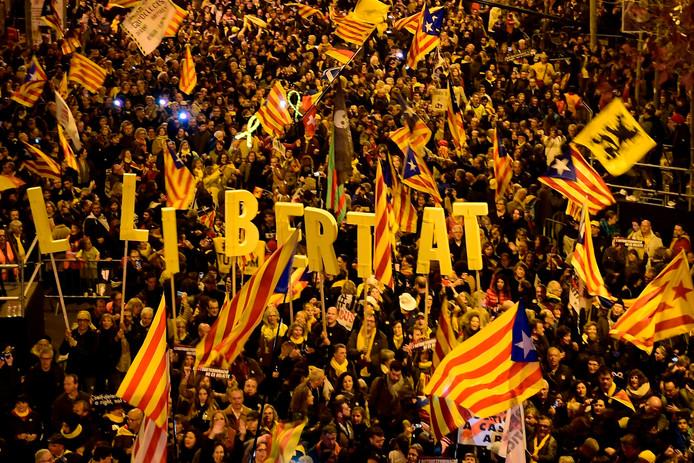 Protest tegen de berechting van Catalaanse separatistenleiders in Barcelona. Volgens Spaanse media gingen 200.000 sympathisanten zaterdag de straat op.
