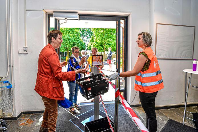 Buiten de boeken inleveren, in de entree handen wassen en een mandje mee voor de nieuwe leenboeken: zo gaat het eraan toe in de heropende bibliotheek van Oudenbosch.