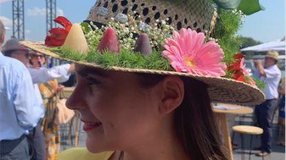Miss België-kandidate met cuberdonhoed naar Waregem Koerse