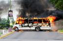 Leden van het Sinaloakartel staken onder meer een bus in brand.
