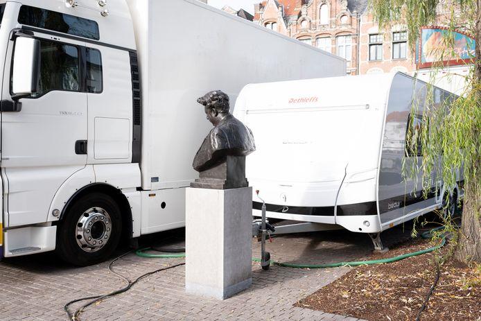 Fotoreeks rond het borstbeeld van Felix Timmermans op het Felix Timmermansplein in Lier. Felix en de caravan 2019