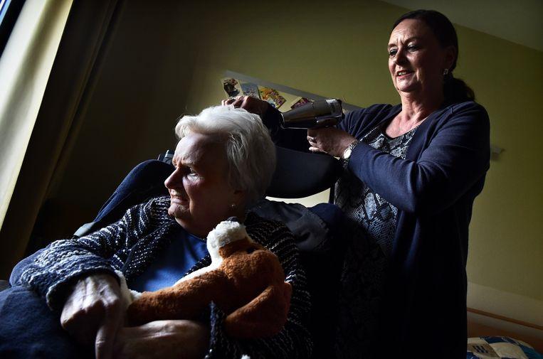 Yvonne Biermans verzorgt haar moeder Tiela in 'tBrook. Beeld Marcel van den Bergh / de Volkskrant