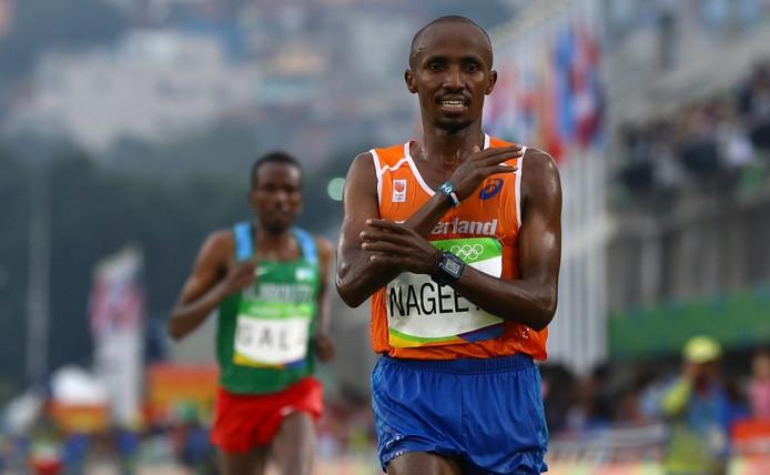 Abdi Nageeye passeert de finish tijdens de marathon op de Olympische Spelen in Rio.