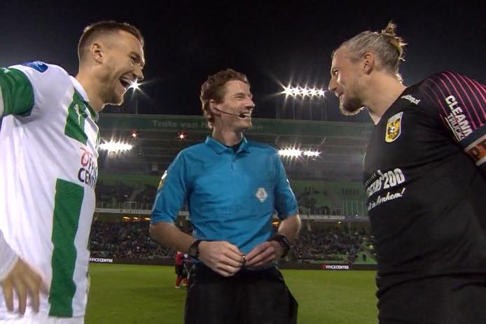 Mike te Wierik (FC Groningen) en Remko Pasveer (Vitesse) dollen wat met scheidsrechter Martin van de Kerkhof.