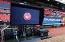 Het VAR-systeem staat al klaar op Old Trafford, waar Manchester United en Paris Saint-Germain elkaar vanavond treffen.