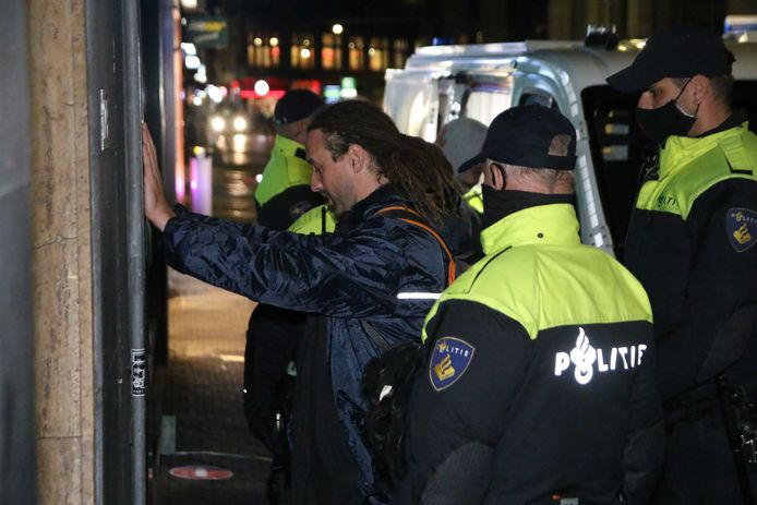 Willem Engel van actiegroep Viruswaarheid wordt tijdens een onaangekondigd protest op het Plein aangehouden