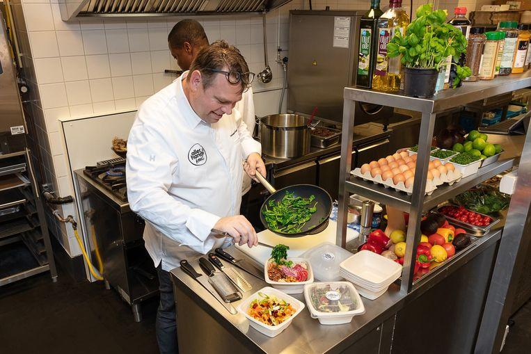In een eigen keuken kookt een professioneel team onder leiding van een chef-kok maaltijden met de vertrouwde Allerhande-signatuur.
