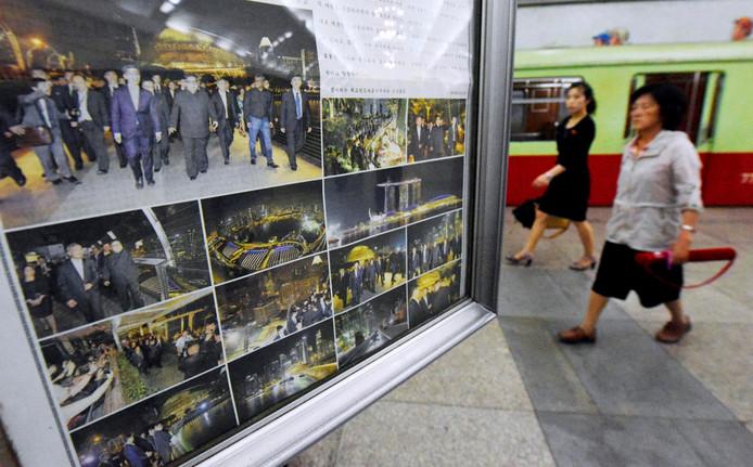 Foto's van Kims bezoek aan Singapore hangen in een kiosk in Pyongyang.