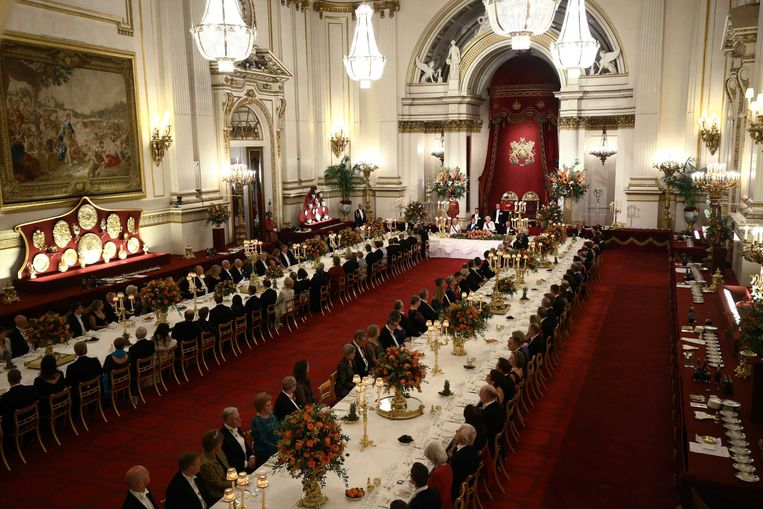 Koningin Elizabeth II en koning Willem-Alexander voorafgaand aan het staatsbanket van het koningspaar in Buckingham Palace. Correspondent Tim de Wit staat net niet op de foto. Beeld ANP
