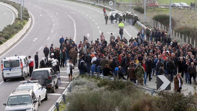 Stakende boeren op een snelweg tussen Thessaloniki en Athene op 29 januari Beeld afp