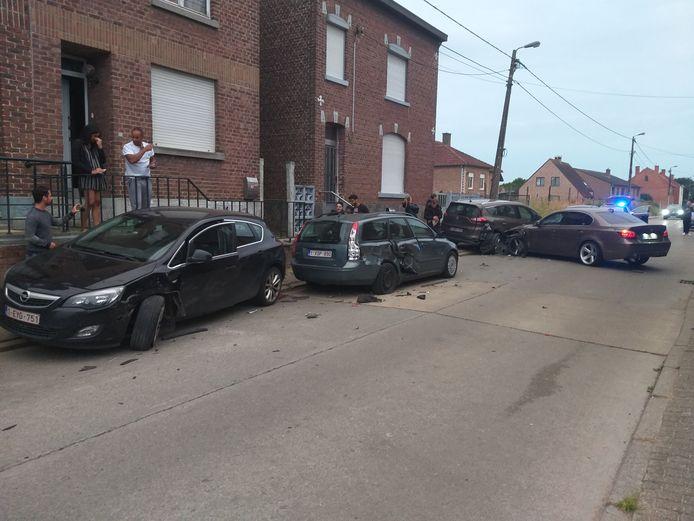 Bij het ongeval raakten vijf wagens beschadigd.