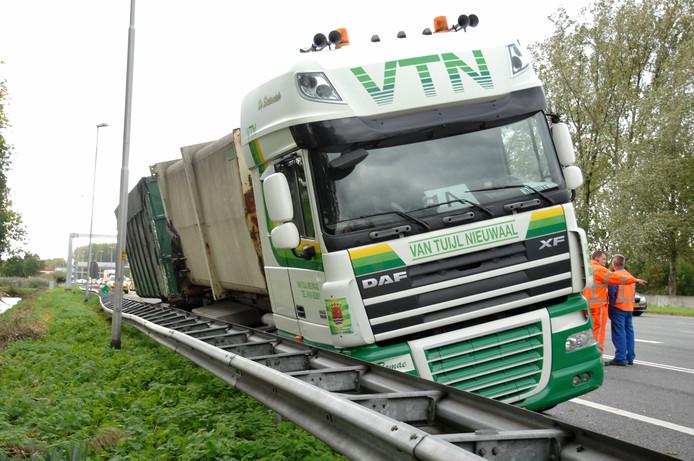 De vrachtwagen na het ongeluk.