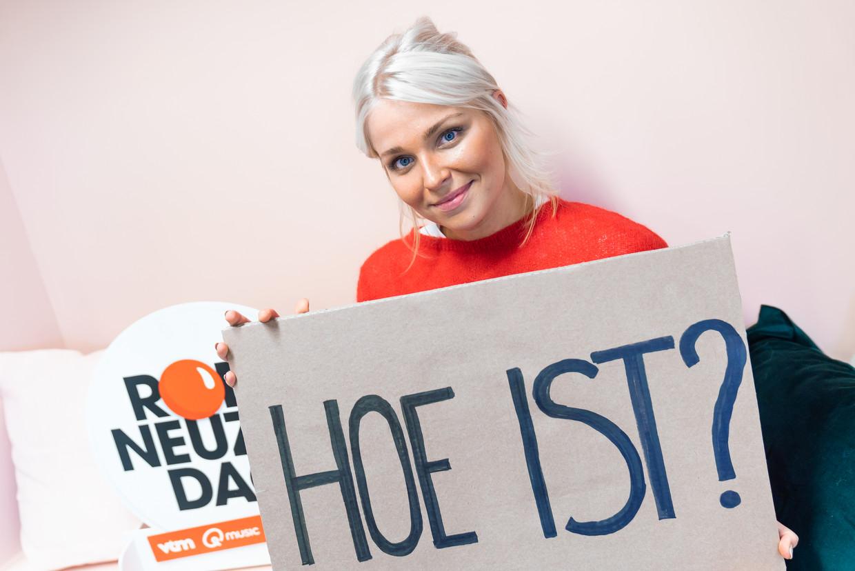 Julie Van den Steen presenteert deze week met Remco Evenepoel en Nicolas Caeyers 'Hoe is 't?'. Beeld VTM