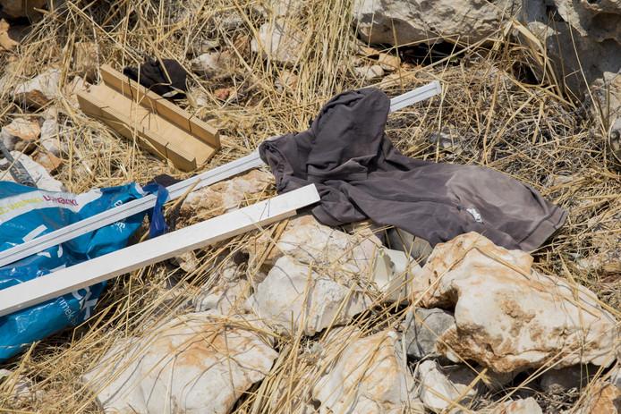 Spullen op de plek in Narlikuyu nabij Silifke waar Bjorn en Derya Breukers en de vermiste Joey Hoffmann uit Haaksbergen kampeerden